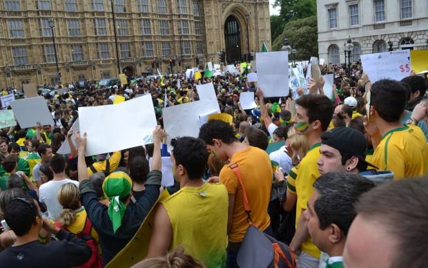 Ato em apoio a protestos no Brasil reúne 2 mil pessoas em Londres.