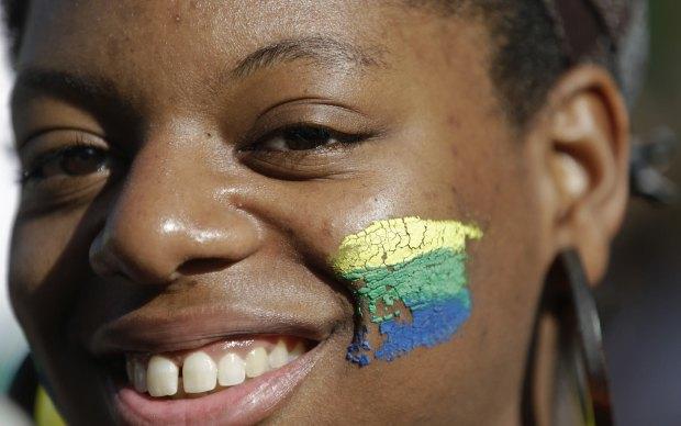 Brasileira protesta em frente à embaixada do Brasil em Lisboa, na terça-feira (18).