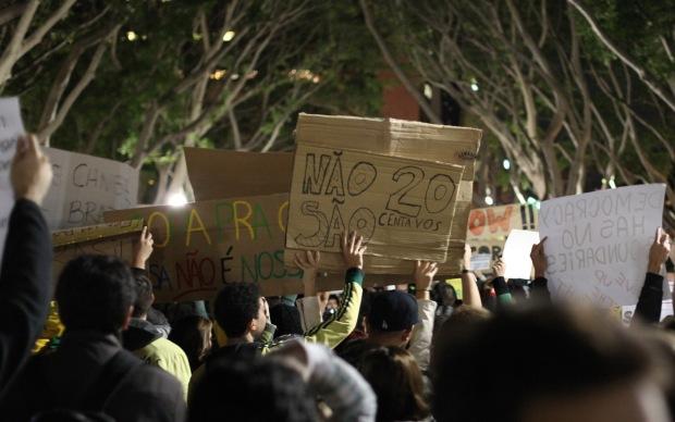 Brasileiros em Sydney fizeram ato de apoio a manifestações na terça (18).