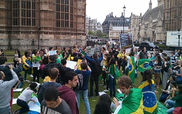 Brasileiros fazem ato de solidariedade aos protestos no Brasil, na terça-feira (18), em Londres.