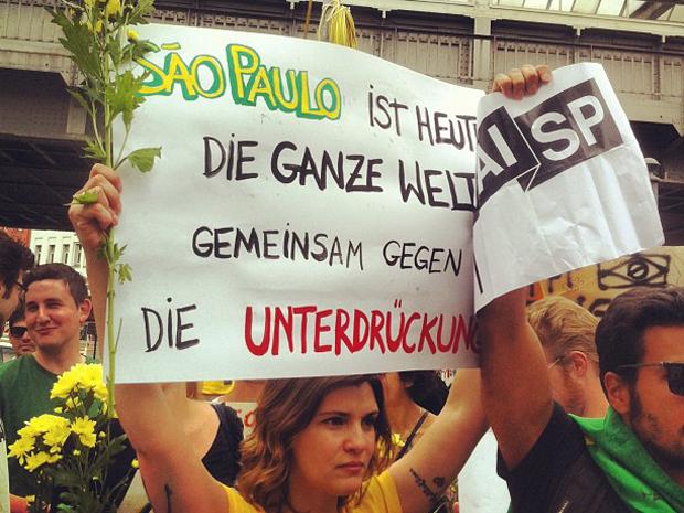 Brasileiros em manifestação no domingo (16), em Berlim, Alemanha.