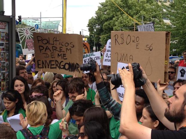 Brasileiros fazem manifestação no domingo (16), em Berlim.