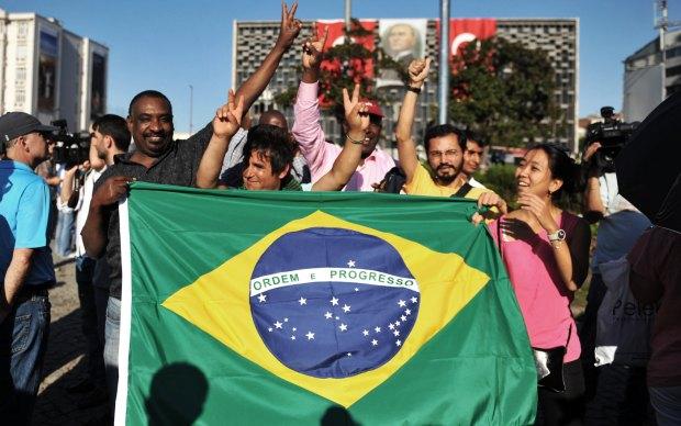 Brasileiros protestam na emblemática Praça Taksim, em Istambul, capital da Turquia, em meio aos 'protestos silenciosos' contra o governo turco.