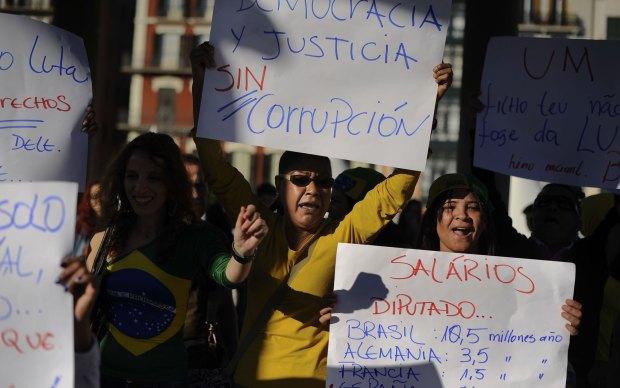 Brasileiros que moram na Espanha fazem manifestação em Pamplona.