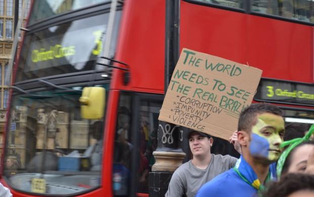 Cerca de 2 mil manifestantes se reuniram na terça-feira (18) com cartazes e bandeiras do Brasil em uma praça próxima ao Big Ben, símbolo de Londres.