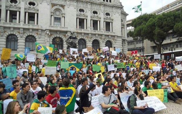 Cerca de 300 pessoas participaram da manifestação na cidade do Porto, em Portugal.