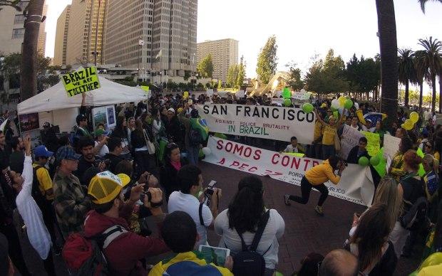 Cerca de 400 manifestantes se reuniram, na terça-feira (18), na praça Justin Herman, em São Francisco, para mostrar sua solidariedade aos protestos no Brasil.