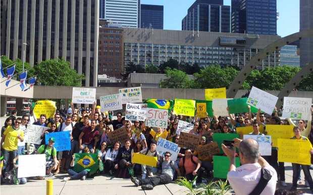 Comunidade brasileira vao à rua em Toronto, no Canadá.