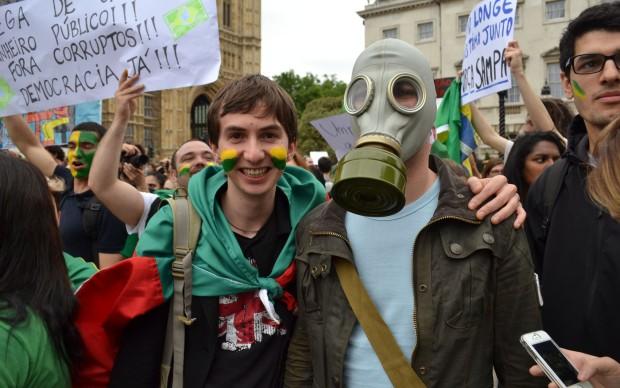 Manifestante usa máscara em protesto em Londres.