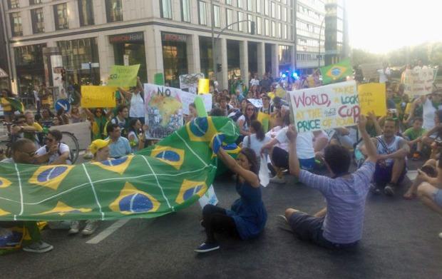 Manifestantes brasileiros protestam em Hamburgo.