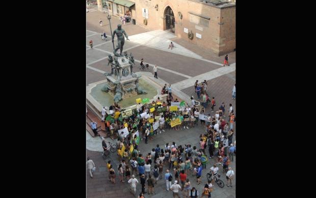 Manifestantes fazem passeata em Bolonha, na Itália, na quarta-feira (19).