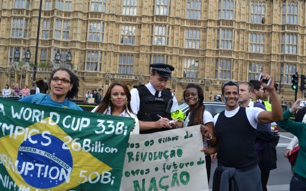 Mulheres pedem para tirar foto ao lado de policial.