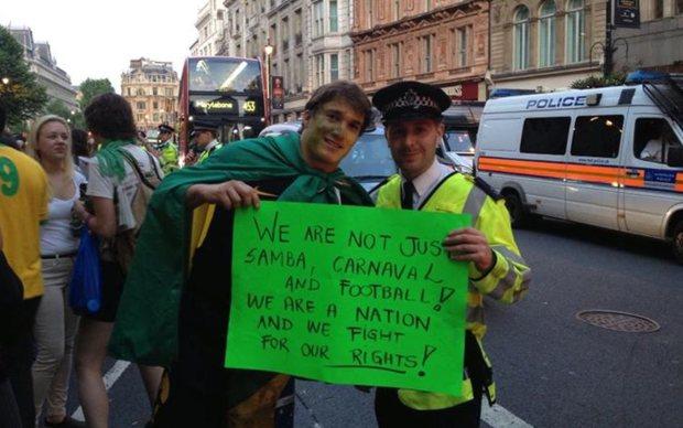 'Nós não somos só samba, carnaval e futebol. Somos uma nação e nós lutamos pelos nossos direitos', diz cartaz de brasileiro em protesto em Londres.