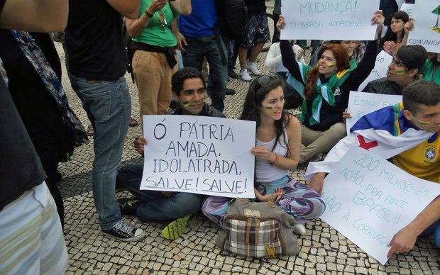 Protesto em apoio às manifestações no Brasil levou brasileiros às ruas de Porto, Portugal.