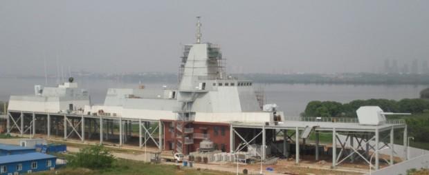 Plataforma de treinamento e testes do Tipo 055 localizado na Universidade de Ciência e Tecnologia de Wuhan. [res. 1024 × 421]