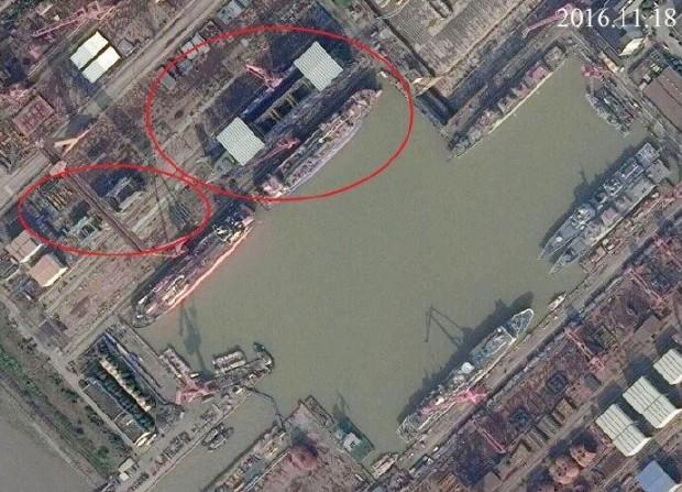 A imagem de satélite acima do estaleiro de Jiangnan datada de 11 de novembro de 2016 mostra claramente que o primeiro Tipo 55. O casco foi concluído, enquanto seções de casco adicionais para um segundo Tipo 55 estão em construção. [res. 690 × 498]