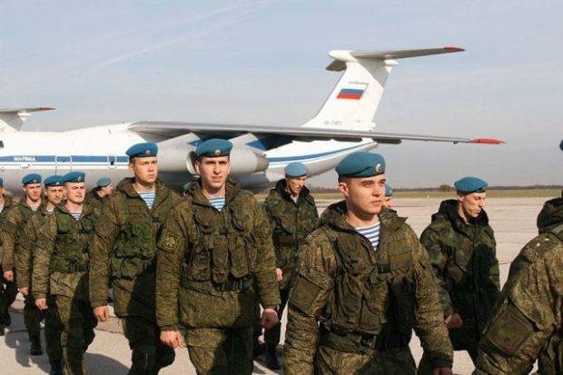 Os pára-quedistas russos chegam à Sérvia durante exercícios militares aéreos de uma semana.