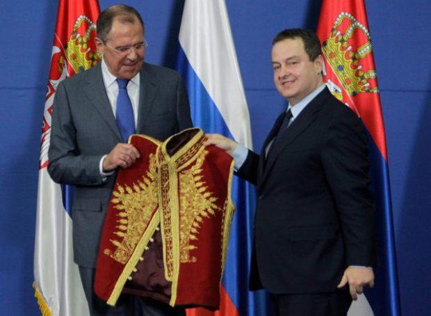 O ministro das Relações Exteriores russo, Serguei Lavrov (a esquerda), recebe o tradicional traje sérvio da região de Kosovo e Metohija após a conferência de imprensa com o ministro sérvio das Relações Exteriores, Ivica Dacic.