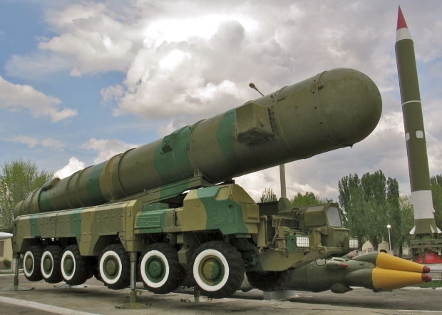 Almaz-Antey S-500 Triumfator M Self Propelled Air / Missile RSD-10 / SS-20 mostrado em 2011 no complexo militar Kapustin Yar, na Rússia. Clique na imagem para ampliar. [res. 1600 × 1142]