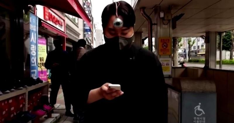 """Inventor sul-coreano cria """"terceiro olho"""" como um aviso para """"zumbis de smartphones""""."""