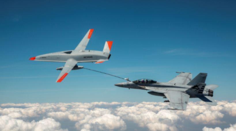 """""""Evento histórico"""" enquanto avião de combate é reabastecido por drone da Boeing."""